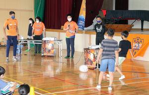 小学生とパス練習をする清水DFエウシーニョ