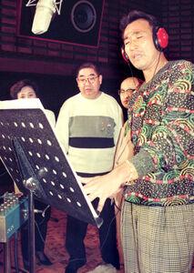 歌手デビュー曲「男」をレコーディングする当時中日の西本聖さん(右)を見守る小林亜星さん(中央)