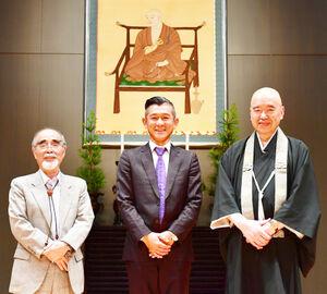 高野山大学で添田隆昭学長(右)、岡本正志副学長(左)と仏教トークを楽しんだ笑い飯・哲夫(吉本興業提供)