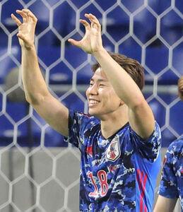 後半32分、ゴールを決めた浅野拓磨は笑顔でジャガーポーズ(カメラ・宮崎 亮太)