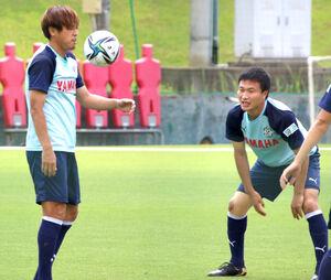 リフティングをする磐田MF遠藤(左)