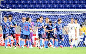 後半27分、チーム4点目のゴールを奪い、笑顔を見せる佐々木翔(右から5人目)ら日本イレブン