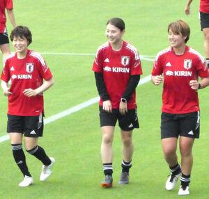 宇都宮市内で練習したなでしこジャパンの(左から)宮川麻都、塩越柚歩、高橋はな