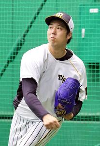 キャッチボールで調整する阪神・青柳晃洋