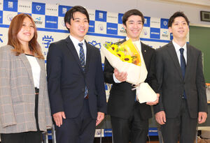 同期の仲間から花束を贈られて笑顔を見せた白井健三(左から三人目)