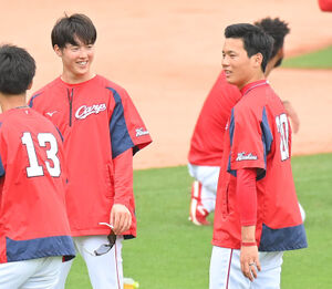 練習中、笑顔を見せる森下暢仁(左)と栗林良吏