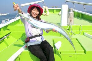 由梨ちゃんが釣った118センチの大型タチウオ。魚体の幅は指6本分もあった(関義丸で)