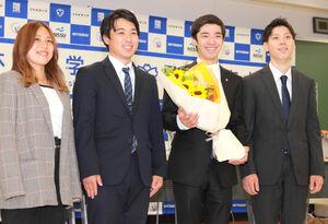 同期の仲間から花束を贈られて笑顔を見せた白井健三(左から3人目)