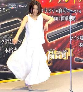 情熱的なダンスで「碧いうさぎ2021」を披露する酒井法子
