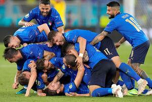 チーム2点目のゴールを喜ぶイタリア(ロイター)