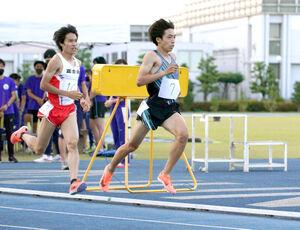 塩尻和也(左)と競り合う順大・三浦龍司(6月12日、順大さくらキャンパス陸上競技場で)