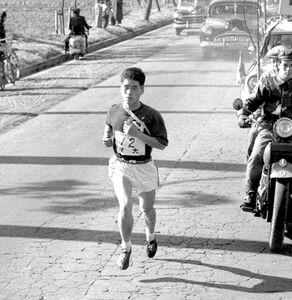 第33回「箱根駅伝」復路8区で快走を見せる日大時代の川島義明さん(1957年1月3日撮影)