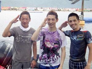 昨年のグランドチャンピオンで悲願のSG初制覇を果たした徳増(中)。同支部の菊地孝平(右)、坪井康晴(左)と得意の敬礼ポーズ