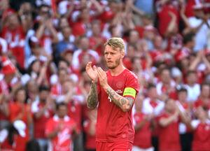エリクセンを勇気づける拍手を送るデンマーク代表DFシモン・ケアー(ロイター)