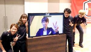 INAC神戸の(左から)MF杉田妃和、FW田中美南(画面上)、GK山下杏也加、FW三宅史織(バックアップメンバー)