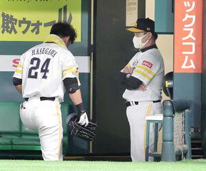 4連敗を喫し、最後までベンチで悔しがった長谷川勇也(左)と工藤公康監督(右)