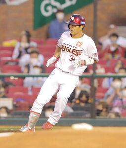 3回無死一塁、山崎剛は左前安打を放つ(カメラ・堺 恒志)
