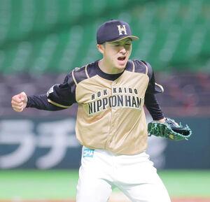 9回2死一、二塁、完投勝利にガッツポーズで喜ぶ日本ハム先発・上沢直之