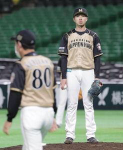 7回2死三塁、甲斐拓也の打席時にボークの判定でぼう然の日本ハム先発・上沢直之