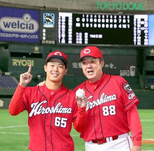 プロ入り初勝利を挙げた玉村昇悟(左)は佐々岡真司監督に祝福される