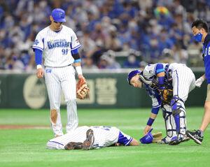 3回無死一、三塁、投球後に倒れ込む先発投手のピープルズ