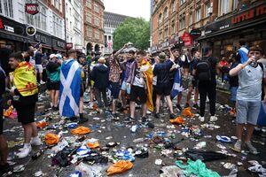試合前にレスター広場近くに集まったファン。地面はゴミだらけだ(ロイター)
