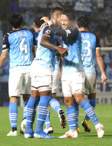 前半終了間際にゴールを決め喜ぶ磐田MF山田大記