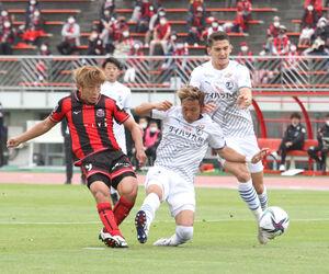 前半9分、右足で先制点を決める札幌MF金子拓郎(右)