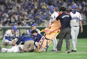 19日の広島戦で投球後に倒れ込んだDeNAピープルズ(右は三浦大輔監督(カメラ・関口 俊明)