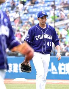 7回を終えベンチに向かう勝野 昌慶