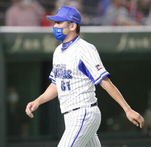 5回2死一塁、坂本裕哉の交代を告げベンチに戻る三浦大輔監督