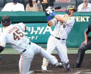 6回2死、佐藤輝が左越えに18号本塁打を放つ(カメラ・竜田 卓)