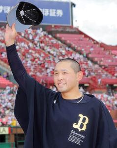 8回無失点で7勝目を挙げた宮城は帽子を取ってファンにあいさつ(カメラ・堺 恒志)