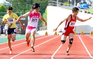 男子100メートルで優勝した田名部・佐賀(中央)