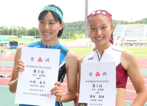 女子走り高跳びで優勝した静岡東の浜田(右)と2位の伊豆中央・小林