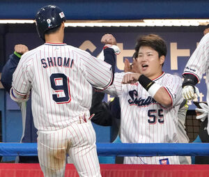 本塁打を放ち、村上 宗隆(右)に迎えられた塩見 泰隆