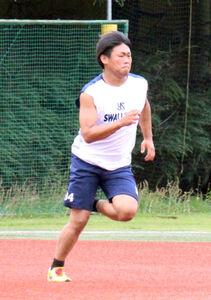 神宮外苑での先発投手練習に参加し、短距離ダッシュを行うヤクルト・田口