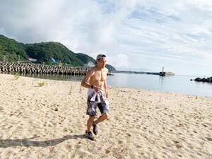 淡路島の海岸を走り込む野中悠樹(野中陣営提供)