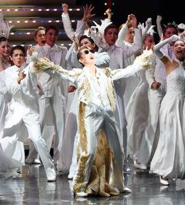 兵庫・宝塚大劇場月組公演の千秋楽でのサヨナラショーでサングラスをかけてはじける月組トップスター・珠城りょう(代表撮影)