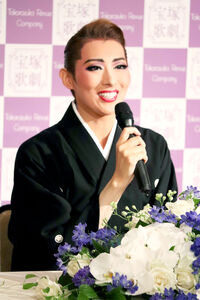 兵庫・宝塚大劇場でのサヨナラ公演千秋楽を終え、会見で笑顔の月組トップスター・珠城りょう