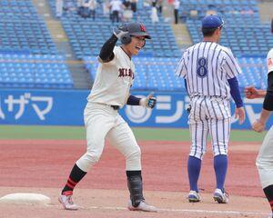 8回2死二塁、右越えに同点の適時三塁打を放った日大の代打・若宮颯は三塁塁上でガッツポーズ