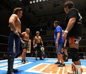 NEVER6人タッグ王座V6を成し遂げた(左から)後藤洋央紀、石井智宏、YOSHI―HASHIは(右から)小島聡、永田裕志ら第3世代の挑戦を受諾した(新日本プロレス提供)