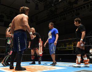 YOSHI―HASHI(左)らのNEVER6人タッグ王座挑戦を表明した(右から)小島聡、永田裕志、天山広吉(新日本プロレス提供)