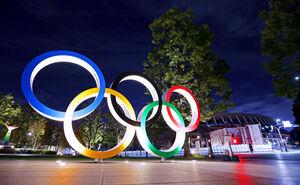 ライトアップされる五輪モニュメントと国立競技場