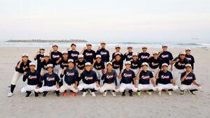 グラウンド脇の砂浜に集まった小名浜海星の選手