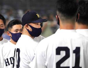 全日本大学野球選手権で、円陣で指示を出す北海学園大・島崎監督