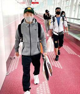 ラスベガスから帰国した井上尚弥(左)。右は父の真吾トレーナー(大橋ジム提供)