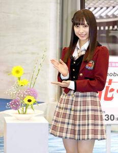 いけばなを初体験し、完成作を披露するNMB48・梅山恋和