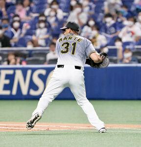 2回無死一塁、溝脇隼人のゴロを捕球した一塁手・ジェフリー・マルテは二塁へ悪送球