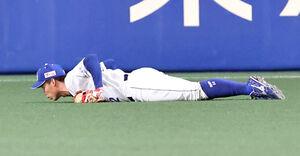 3回2死二、三塁、大山悠輔の打球を右翼手・加藤翔平がダイビングキャッチ